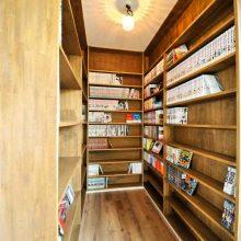 廊下に設けられた大容量の本棚は造作仕上げ。