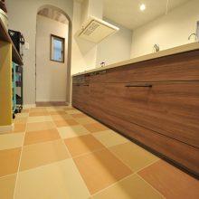 ゆったりと作業のしやすいキッチンはタイル張り仕上げ。