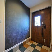 玄関の壁を利用して、子どもたちの感性を育むチョークボードに。