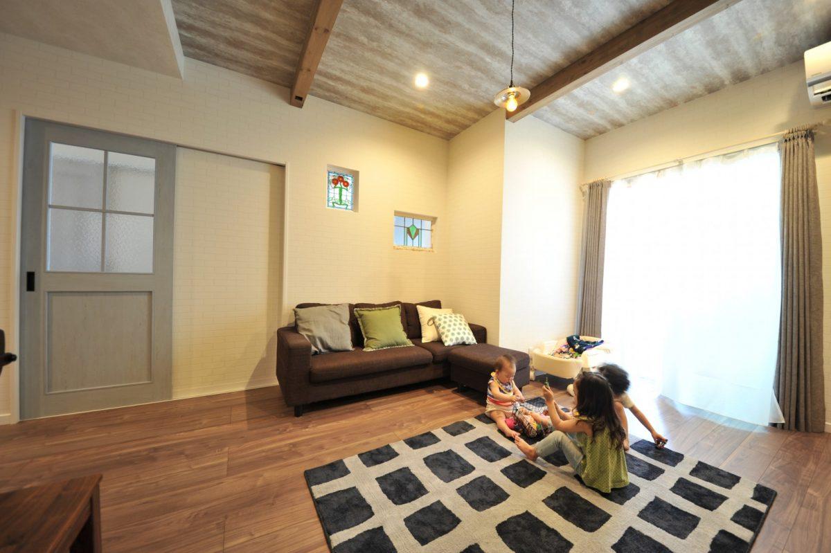 大きな掃き出し窓からの柔らかな陽射しを浴びながら遊ぶのが、日課となっている子どもたち。
