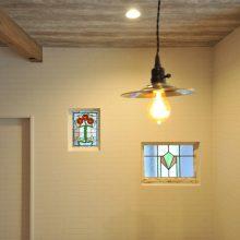 廊下側のリビング窓には、奥さまが持ち込みの可愛らしいステンドグラスでアクセント。