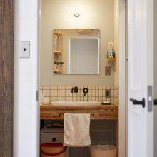 玄関からすぐに洗面室につながる 「手洗い動線」を設計。洗面化粧台は、外国のホテルを思わせるようなレトロなブラック混合水栓。