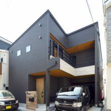 チャコールブラックカラーが印象的なT様邸。