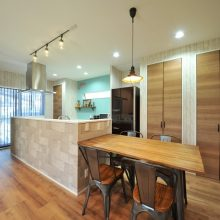 キッチン廻りのコーディネートも石・木・鉄などの素材を感じるコーディネートでまとまりのある空間に。