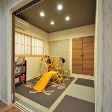 和室はお子さま二人とっての遊び場。リビングと隣接しているので、家事をしていても安心。