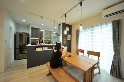 キッチン腰壁のニッチや照明など細部までオシャレにコーディネートされたダイニングキッチンは温もりのある雰囲気に。