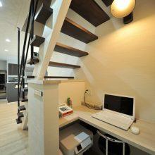 階段下に仕事でも使用する、ちょっとした作業スペースを配置。
