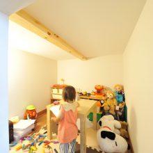 階段下にあるキッズスペースは子どもたちが大好きな隠れ家に。