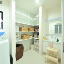 収納たっぷりの造作棚でスッキリとした清潔感のあるサニタリー。
