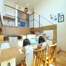 階段途中にあるスタディスペースは、明るい陽射しの中で本を読んだり絵を描いたりと子どもたちもお気に入り‼