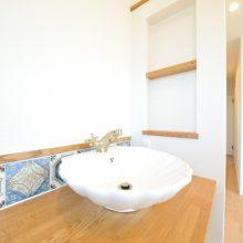 朝の身支度を効率よくするために2階の廊下には洗面を配置。子どもたちの成長を見越した設計。