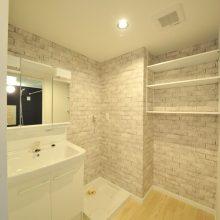 洗面台は三面鏡。小さな洗面室ですが、壁サイドには収納棚を設置。 タオル置き、洗濯カゴ等も置け、自然と片付け上手になれそう♪
