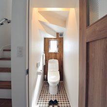 階段下を有効活用した、トイレは可愛いタイル調に仕上げました。