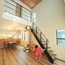 階段下は子どもたちお気に入りのスペース。家事をしていても、ママの目が届く場所で遊んでくれるので安心。