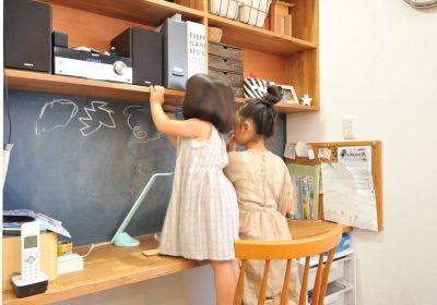 ダイニング横のスタディースペースは、キッチンから目が届く場所なので、ママも子どもたちも安心。得意のお絵描きは家族の癒し♪