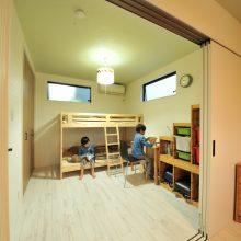 子供部屋は間仕切り3枚扉で分けられ普段は1つの大きな部屋として使えます。状況によって両方使えて便利!