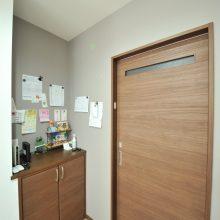 こちらの壁はマグネット兼チョークボードになっていて、連絡事項や書類などいつでも忘れず確認できて便利です!