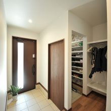 必須のシューズクロークは玄関広々、収納は大容量。
