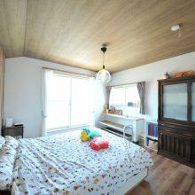木目調でコーディネートされた主寝室は、採光も良く毎日がリゾート気分。