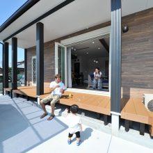 カバードポーチのウッドデッキは家族みんなのお気に入りの場所。リビングとはもちろん、駐車スペースとの一体感もあり、空間が広く使えます。
