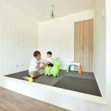 リビングダイニングと統一感のあるカラーで、洋風なお家にもマッチしたリラックスできる和の空間。お子さまの遊び場所です!