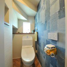 デニムパッチワークの壁紙とかわいい車のペーパーホルダーが印象的な遊び心のあるトイレが仕上がりました♪