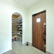 ベビーカーや三輪車が出し入れしやすい広めの玄関。仕切りがないシューズクロークは開放的で使い勝手抜群!