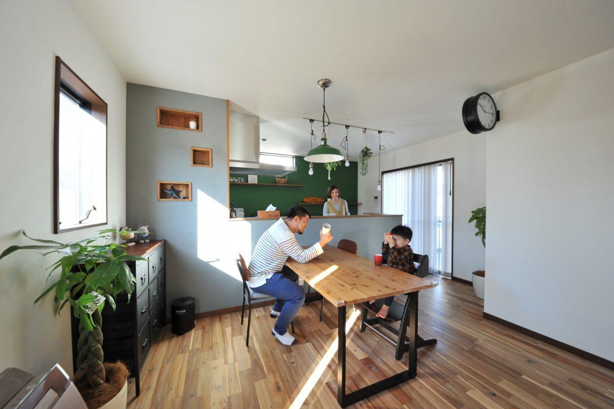 オシャレで心地の良いカフェのような空間は、施主様のセンスが光るトータルコーディネートで見どころ満載。休日に自宅でまったりとくつろぐティータイムは至福の時。
