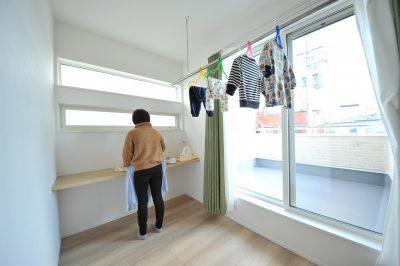 共働きには欠かせない室内干しスペースを主寝室と隣接させました。カウンター付きでアイロンかけもそのままできちゃいます。