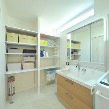 サニタリーは大きめ3帖タイプ。タオルやパジャマ、掃除道具などもたくさん置ける可動式棚を設置。