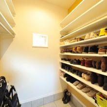 ベビーカーやアウトドア用品もおけるシューズクローク。スニーカーはもちろんブーツやパンプスもたくさん収納できます。