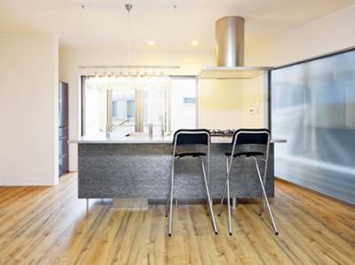対面キッチンを希望していたF様は、標準仕様の3Dシンク付きオープンキッチンに一目惚れ。インテリア家具になるようにと、岩石をイメージした柄をセレクトした。背面とサイドに設けた大きな窓から朝日がたっぷり注ぐ、明るくて清々しさいっぱいのキッチン空間だ。