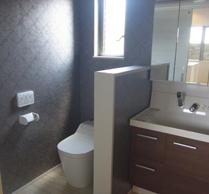 2階のトイレは洗面台付きの広々 空間。壁は革調のクロスで高級感 のある雰囲気に仕上がっています。