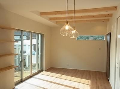 リビングは梁をだして天井高を少し高くしてもらいました。お気に入りの照明がいい感じです。