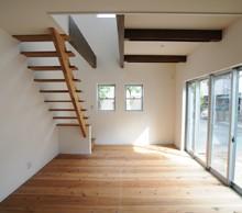 キッチンからの眺め。あえて梁を出し施工、 フローリングに合わせて塗装している所にも こだわりが感じられます。