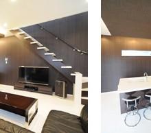 ブラックの壁面にホワイトの段坂がアクセントに。リビング内に配置されたストリップ階段はお部屋を広く見せてくれます、デザインの良い階段はインテリアの一部にもなっています。 リビング全体を広く見せる為、オープンキッチンを採用し開放感のある空間になりました。忙しい朝の朝食にも使い勝手が良いです