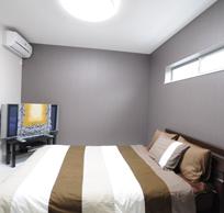 寝室は目線が気にならないよう 高い位置に窓を設置しました。 寝室は落ち着いた空間にしたく、 沢山のサンプルの中から淡い 壁紙を選びました。