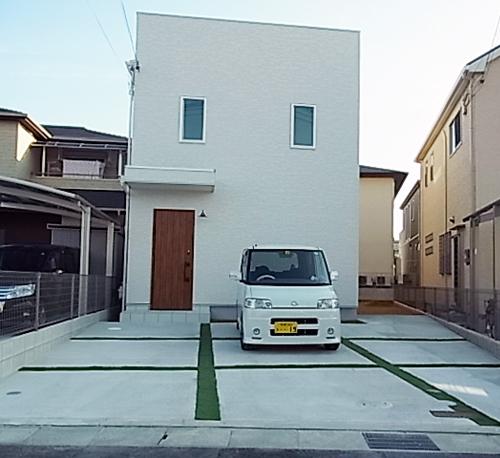 真っ白な四角い家があこがれでした。木目調の玄関ドアがお気に入りです。
