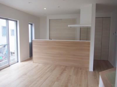 キッチン収納は扉をつけてスッキリ。キッチン前、壁は木板でアクセント。手元を隠しつつ、開放感ある感じになりました。