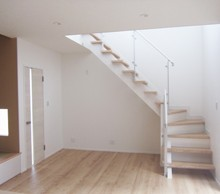 階段はストリップで開放的に。 リビング横のタタミコーナーも便利です。