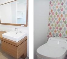 洗面はモデルハウスで一目見て 気に入ったものを。トイレのクロスも 背面だけ可愛くしました。