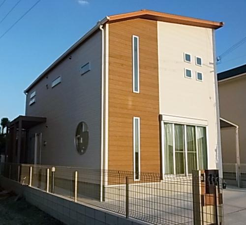 外観は丸窓やたて長窓でデザイン。木目の雰囲気がお気に入りです。