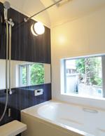 お風呂から外の坪庭が 見れる様に大きな窓を配置。