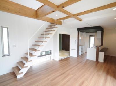 化粧梁とストリップ階段で開放感あふれる空間になりました。キッチン裏、カウンター等の造作棚もたくさん設置しました。
