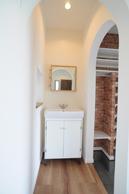 シューズクローク天井も R型に。横には手洗いを設置。
