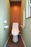 1Fトイレは木目とグリーンで落ち着く雰囲気に。