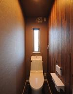 トイレは木目調で側面をデザインしました。