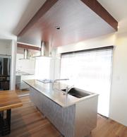 TOYO KitchenのBAYを採用。キッチン横収納の全面鏡扉に 映ったキッチンがかっこいいです。