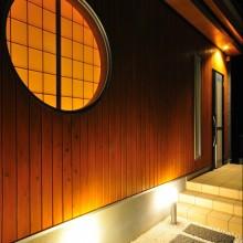 間接照明で趣きある雰囲気に仕上げたアプローチ。訪れる人をもてなす、和の演出に癒される。