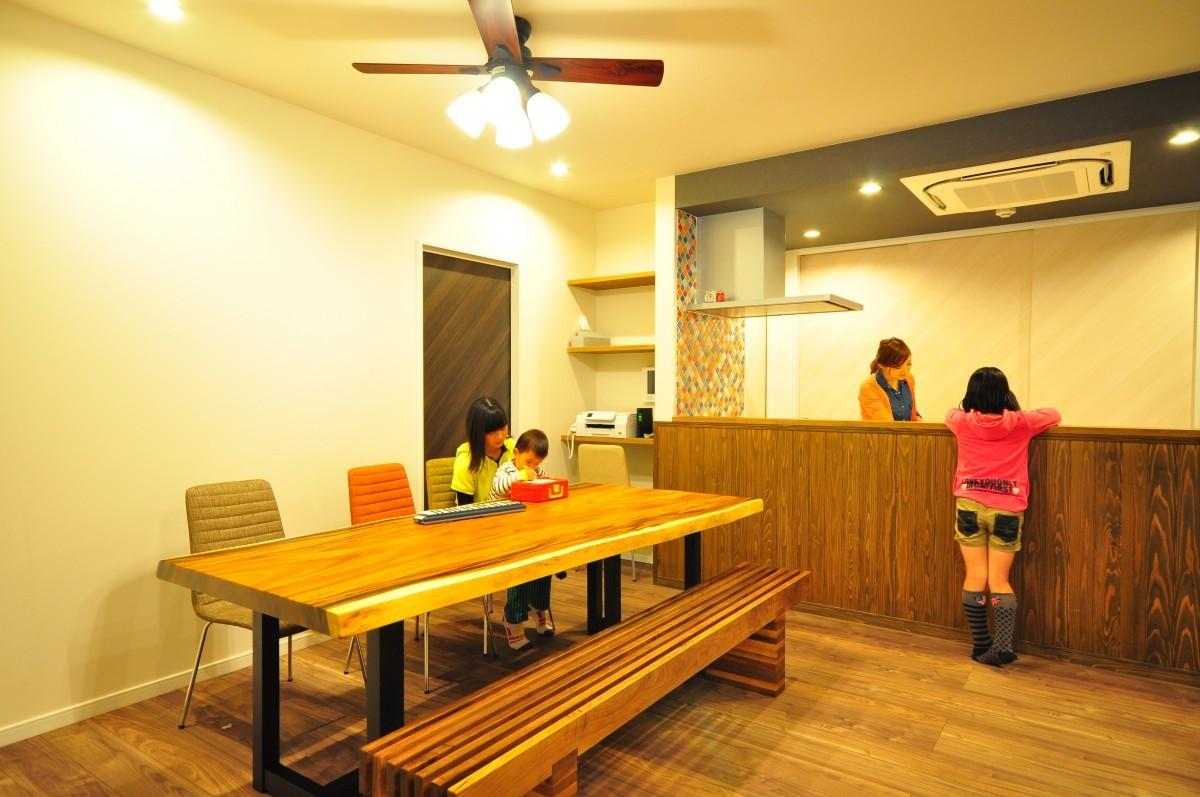 味わいのある木目のカウンターとタイルが印象的なキッチン。ダイニング側には造り 付けのPCスペースを設けた。
